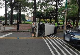 台中路口2車相撞 小貨車整台側翻橫躺馬路駕駛輕傷