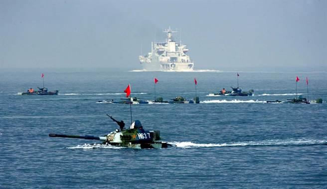 如果共軍攻打並佔領外島,可以表明中國大陸的決心,接下來就是看台灣、美國與全世界要如何回應這個既成事實。圖為共軍兩棲作戰演習。(圖/新華社)