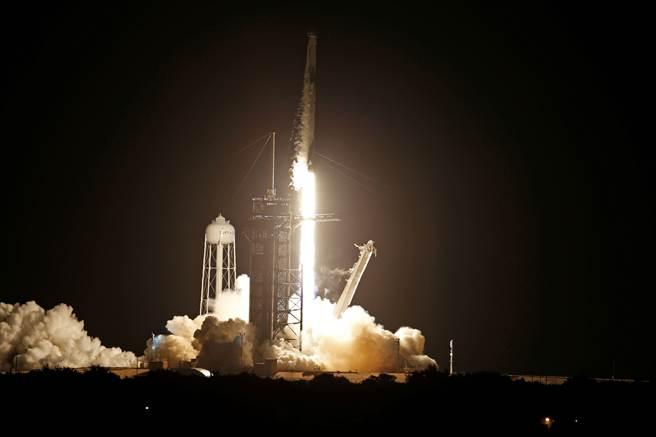 SpaceX完成將平民送上太空的任務。(圖/路透社)