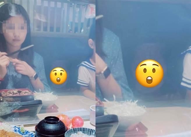 1名男子日前帶一家人到餐廳用餐,因餐桌上有隔板,他隔著隔板拍下1張老婆照片,卻驚見照片中老婆與女兒中間有1個詭異模糊人臉。(翻攝自臉書「爆廢公社公開版」)