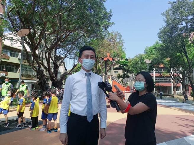 新竹市長林智堅(左)針對綠黨民調表示既然竹竹合併支持度高,希望得到外界祝福早日促成合併。(邱立雅攝)