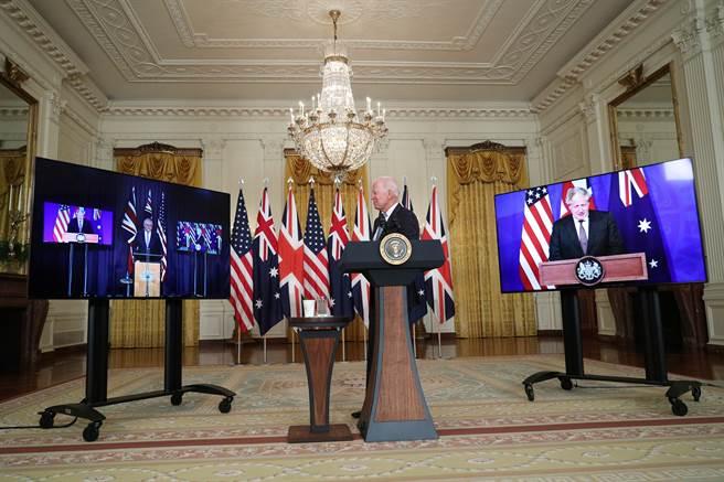 美國、英國和澳洲宣布成立名為AUKUS的三方合作聯盟,法國憤怒召回駐澳洲大使。(圖/路透社)