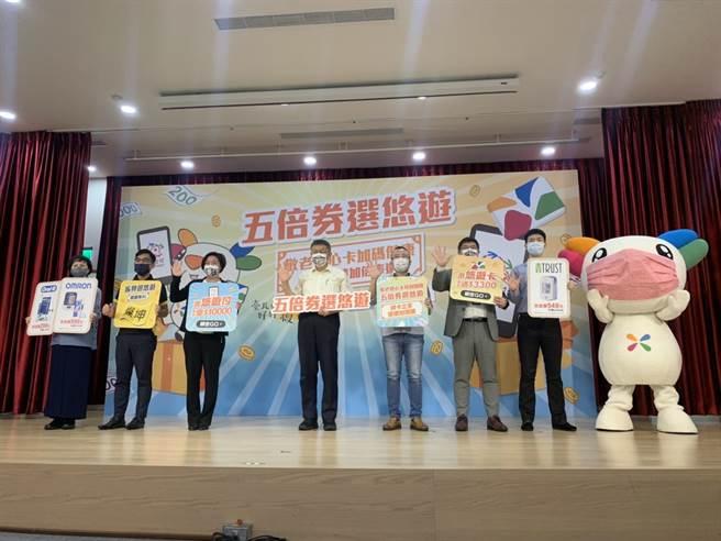 台北市長柯文哲偕同悠遊卡公司舉行記者會,向台北市民推廣綁定悠遊付、悠遊卡及敬老卡的3項五倍券綁定方案。(資料照/黃婉婷攝)