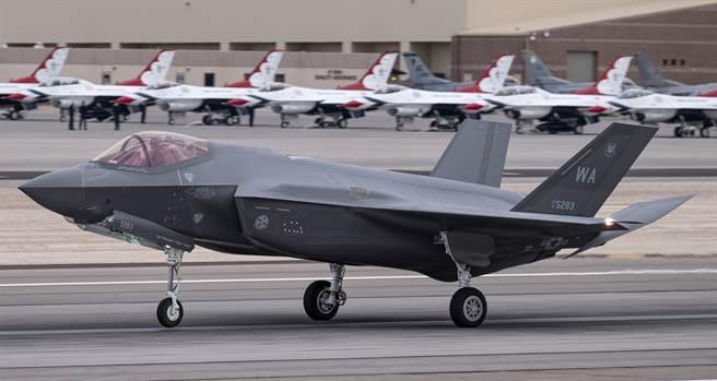1架F-35A戰機3月16日在內華達州奈里斯空軍基地(Nellis Air Force Base)執行完訓練任務後降落。(美國空軍)