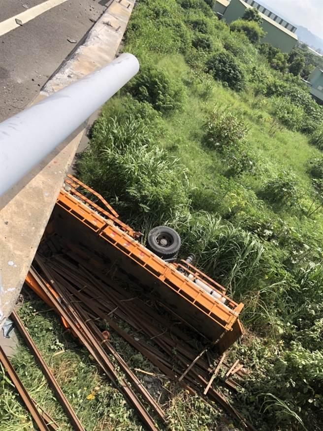 大型吊臂車從國道高架墜落平面,畫面驚悚。(陳淑娥翻攝)
