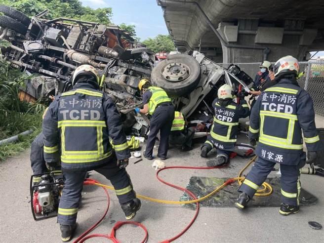 台中市國道4號16日發生大型吊臂車疑與小客車相撞,掉落平面道路。(台中市消防局提供/陳淑娥台中傳真)
