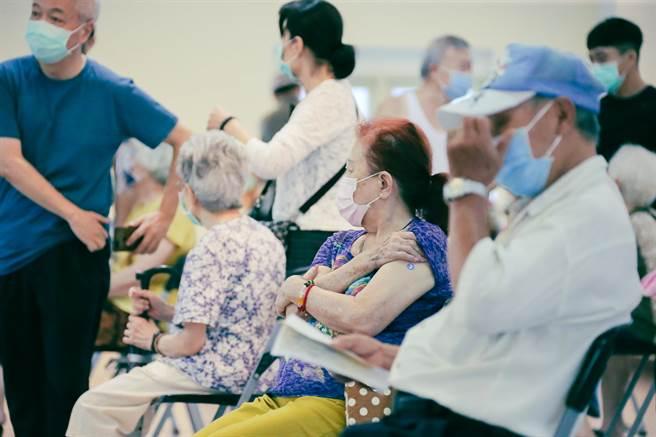 台北市政府表示,明天獲配4.1萬劑疫苗,擬由設籍北市者優先施打。圖為民眾施打疫苗。(資料照,羅永銘攝)