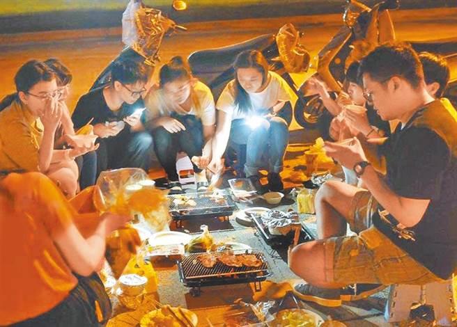 受到疫情影響,多縣市多禁止在戶外烤肉,民眾無法享受在河濱群聚烤肉,感受「一家烤肉萬家香」的氣氛,想要烤肉基本上只能在家裡烤。(本報資料照片)