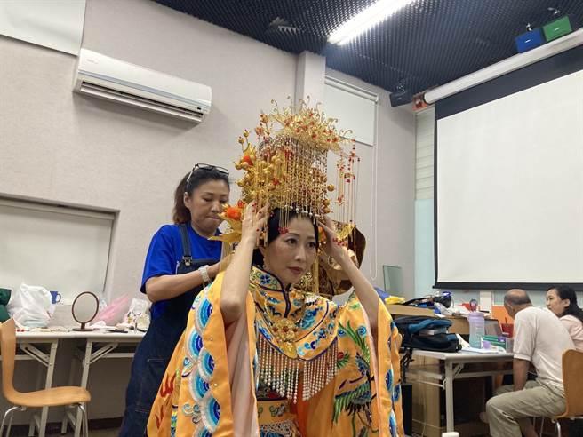 民進黨立委陳亭妃在戲劇中軋一角,飾演媽祖。(陳亭妃辦公室提供)