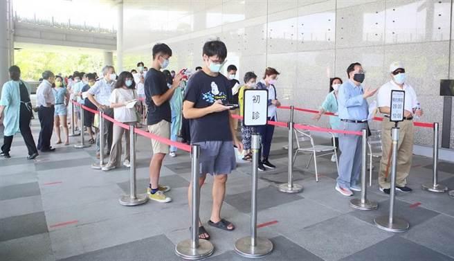 香港出現37例青少年接種2劑BNT疫苗後,出現心肌炎的狀況,專家呼籲改接種1劑即可。(示意圖/本報資料照)