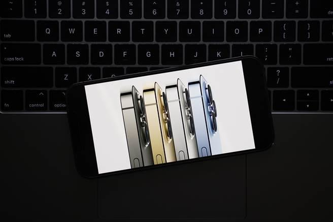 果粉搶購iPhone 13 ProMax系列。(圖/美聯社)