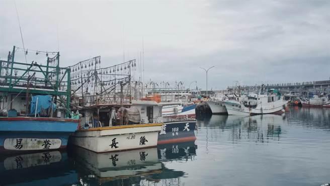 基隆港口所看到的景像似乎也和侯導20世紀末的電影裡的場景一模一樣,幾十年來,這座城市都沒什麼變化,時間好像在那裡凝固了。(作者提供)