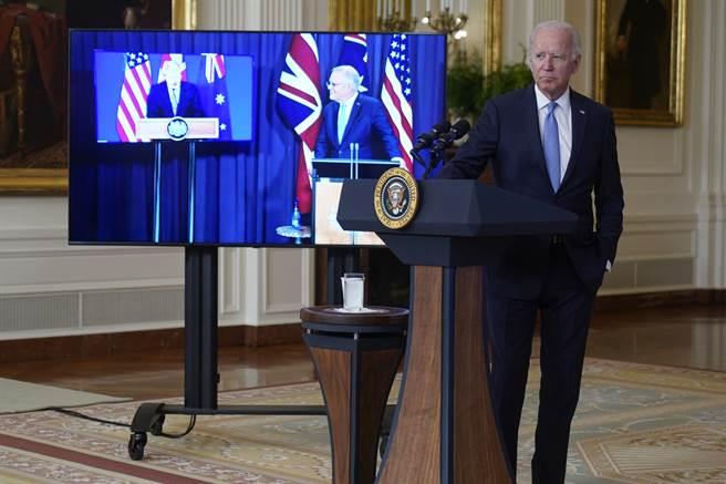 拜登在致辭時稱莫里森為「那位澳洲夥伴」,讓網友笑稱他可能「老人痴呆又犯了」。(圖/美聯社)