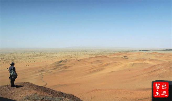 抵達敦煌,炙熱的氣候與鳴沙山的沙漠震撼了城市人。(作者提供)