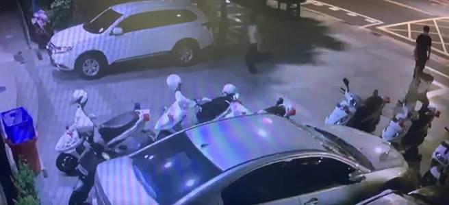 西門町二房東不願退押金 租客遭毆半裸驚逃求救。(翻攝自影片)