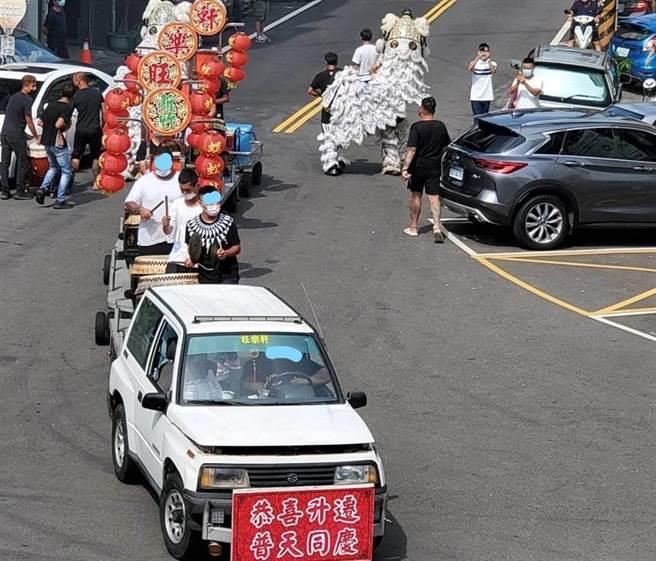 白獅隊率蜈蚣陣現身竹東分局長交接,暗諷警局辦喪事觸霉頭惹議。(民眾提供)