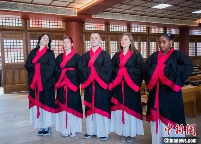 南非斯坦陵布什大學孔子學院冬令營學生穿漢服合影留念。(中新社)