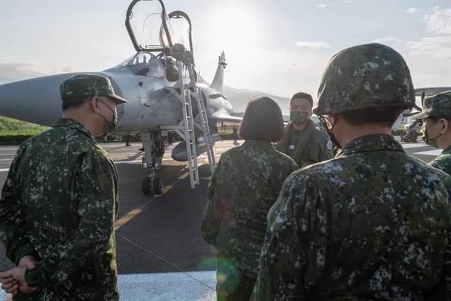 從今年漢光演習可以看出,陸海空三軍各打各的,看不到整體聯合作戰的演練。(圖/取自蔡英文臉書)