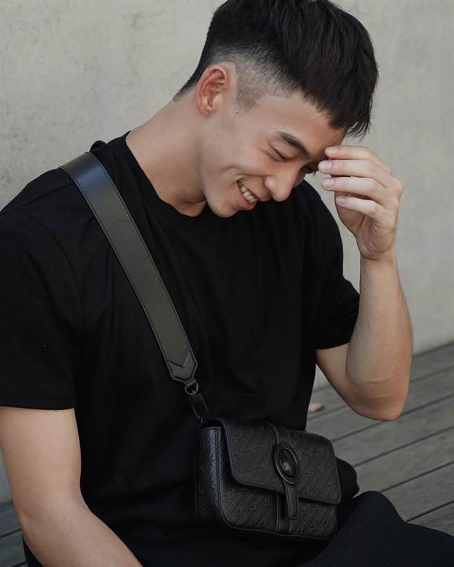 王可元以閉眼陶醉的神情詮釋在UltraBlack黑色情境下,感官與認知會更加敏銳。(Montblanc提供)