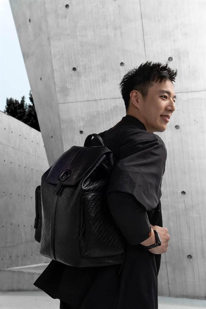 「羽球王子」王子維肩背萬寶龍M_Gram 4810系列UltraBlack後背包,帥氣時尚。(Montblanc提供)