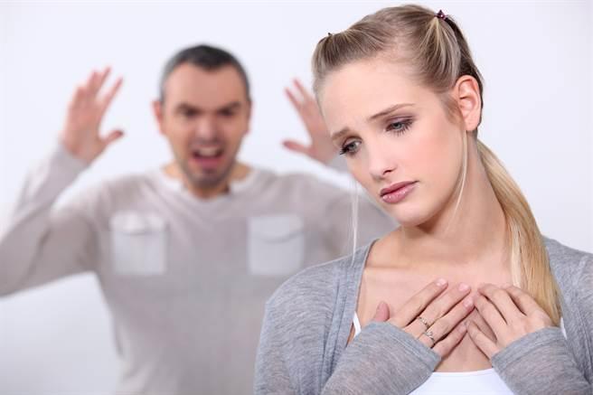 白羊座、射手座、巨蟹座、雙魚座的人過度依賴感情,若不談戀愛就活不下去。(圖/Shutterstock)