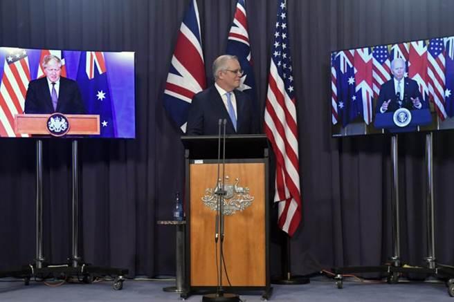法國痛批澳洲背信忘義,放棄已簽約採購的法製潛艦。圖為澳洲總理莫里森與強生和拜登召開記者會。(圖/美聯社)