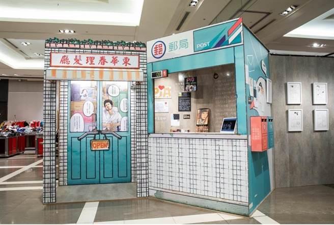 電視劇《用九柑仔店》、《天橋上的魔術師》原著漫畫家阮光民,除展出講述通靈廚師的《天國餐廳》線稿、手稿,也創作「傳情郵局」。(石智中攝)