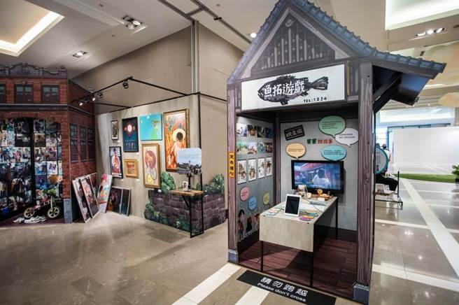 「魚拓遊戲」廖元瑜與插畫家BLUE藍聖傑展區,充滿童趣。(石智中攝)