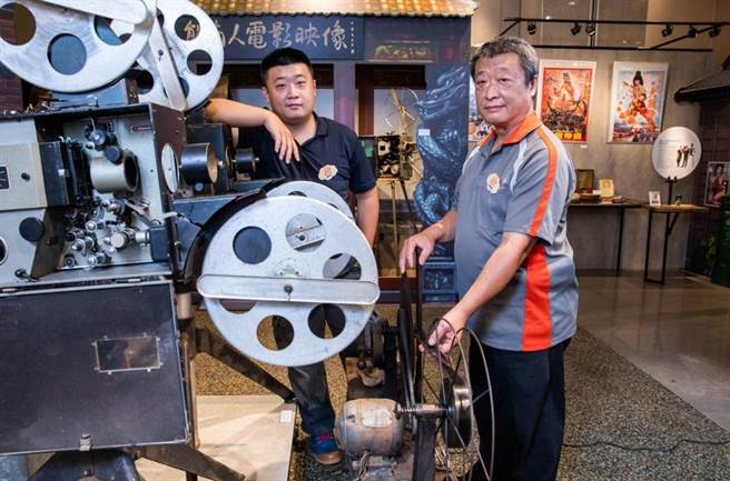 「熊南人電影映像」高祥晴(右)、高璞元(左)父子,保留、修復35釐米電影放映機,讓技藝和記憶傳承。(石智中攝)