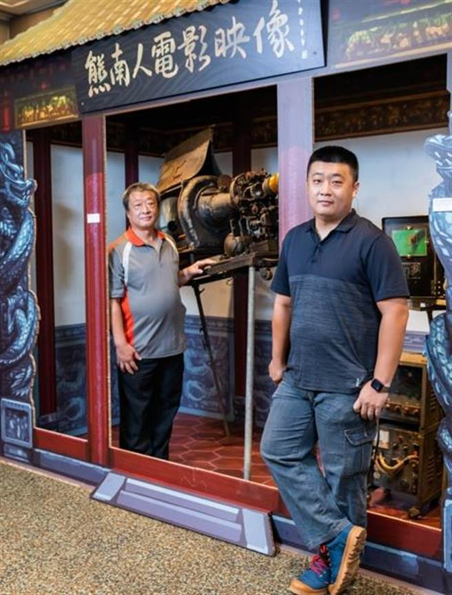 高祥晴(左)身邊的35釐米電影放映機已有近90年歷史,在他維護之下還能運作,右為高璞元。(石智中攝)