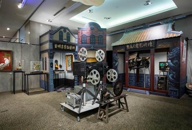 「熊南人電影映像」高祥晴、高璞元父子,帶來35釐米電影放映機和50年代的膠卷電影,堪稱是露天電影的活字典。(石智中攝)