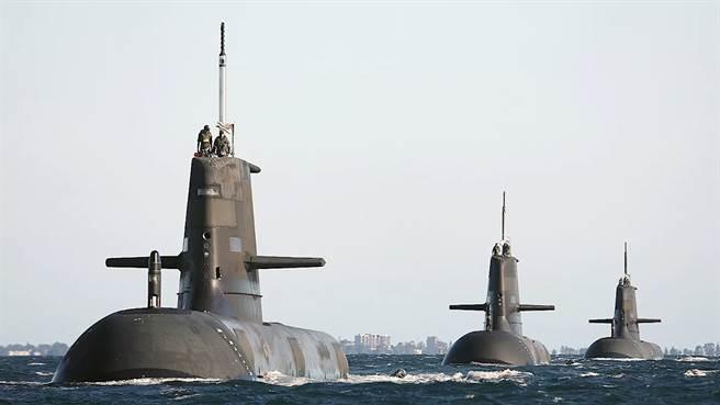 隱蔽性極高的核潛艦可在水下停留的時間是常規潛艦的7倍,對於在南海呈現緊繃狀態的中美兩國而言,澳洲核潛艦的加入,對中國的南海政策形成更大的挑戰。圖為澳洲現有的柯林斯級常規潛艦部隊。(圖/澳大利亞國防部)