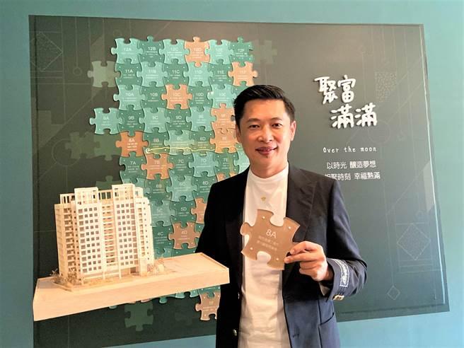 聚富建設董事長黃承浩看好房市榮景,「聚富滿滿」不受疫情影響,開賣後快速完銷。(盧金足攝)