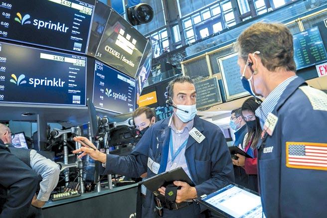 基金經理人雖對經濟展望日趨保守,手頭的投資部位卻未見調整減持,依然滿手股票。圖/美聯社
