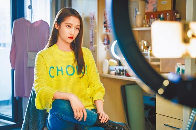 關曉彤在《二十不惑》飾演夢想成為時尚網紅的梁爽。(中天娛樂台提供)