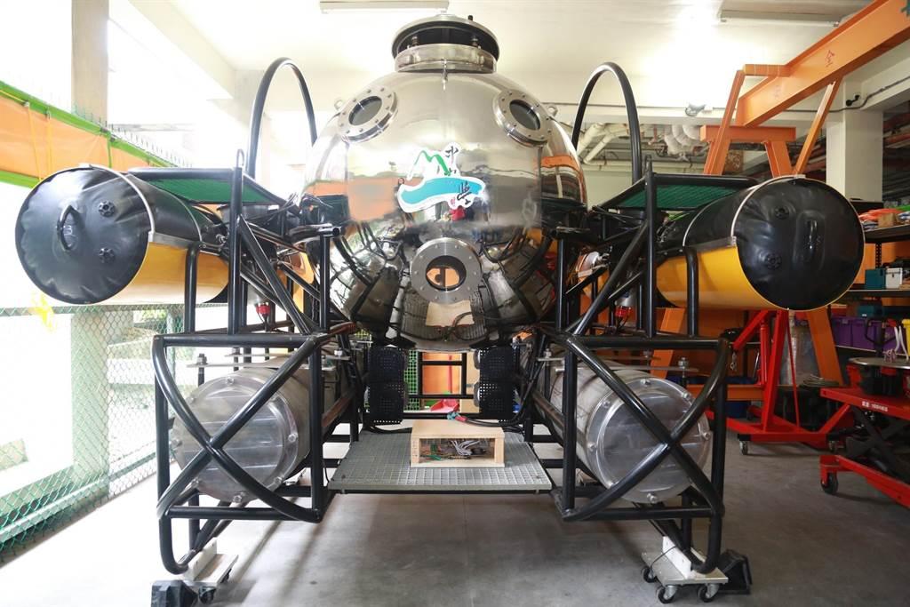 中山大學第一代雙載水下載具(MUV)2月份已在台南安平港成功完成水下8米動力航行測試。(國立中山大學提供/袁庭堯高雄傳真)