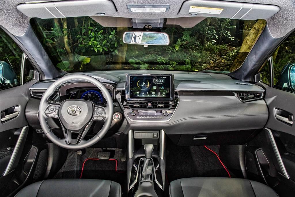 GR Sport車型統一為黑色內裝,原先儀錶台上的霧銀飾版也改為亮黑處理,強調運動氣息。(圖/陳彥文攝)