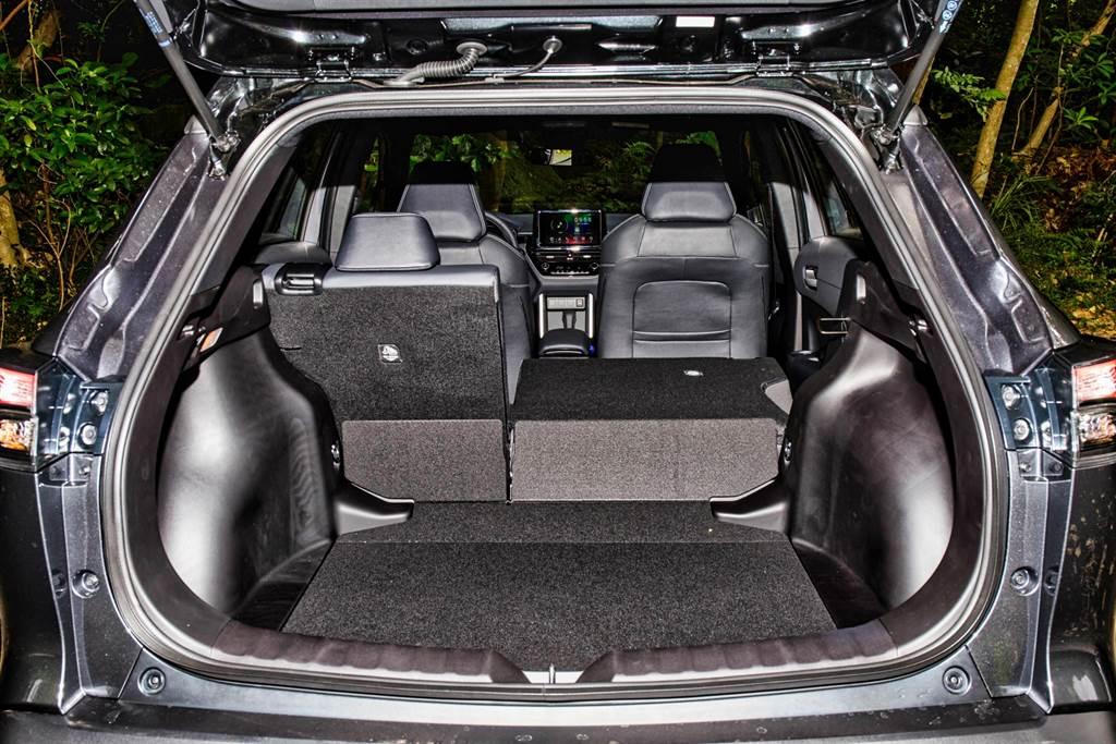 五人座下的行李廂標準容積即達487L,還可藉由6/4分離椅背傾倒來增加空間,實用機能本就是Corolla Cross的一大賣點,不過GR Sport並未搭載Hybrid旗艦型所具備的電動感應式尾門。(圖/陳彥文攝)