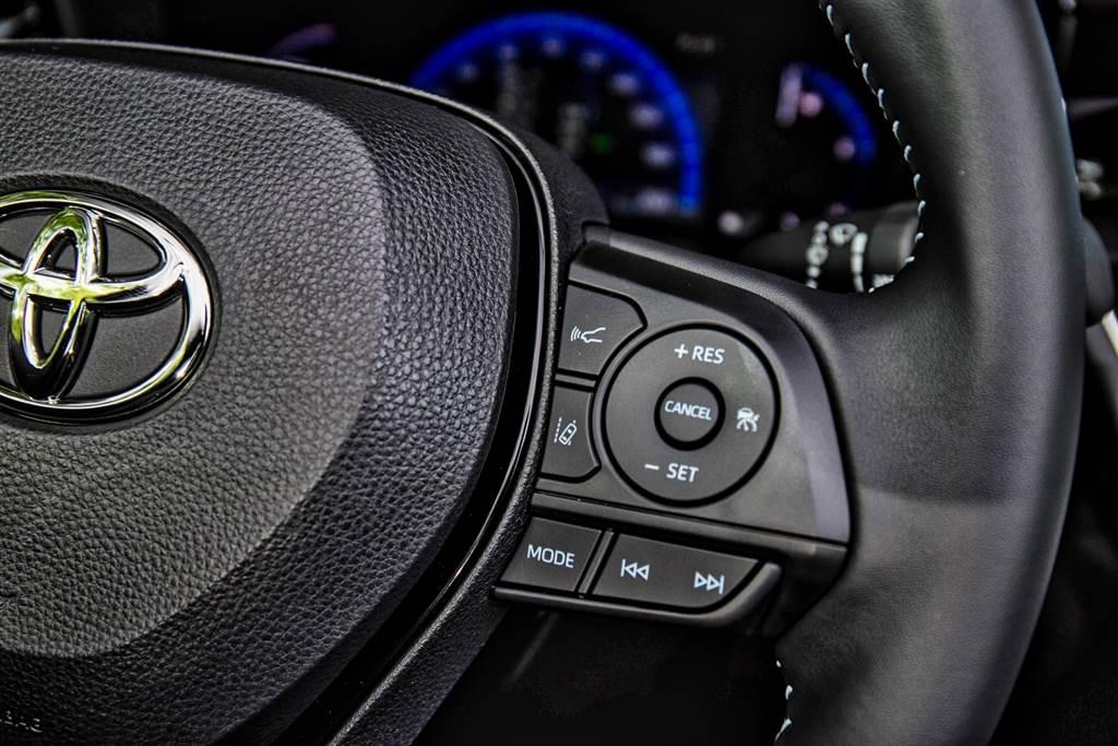 雖然能夠跟車到靜止,但在煞停3秒後就必須由駕駛者介入踩煞車,再次啟動則須按下方向盤右側的「+RES」鍵。(圖/陳彥文攝)