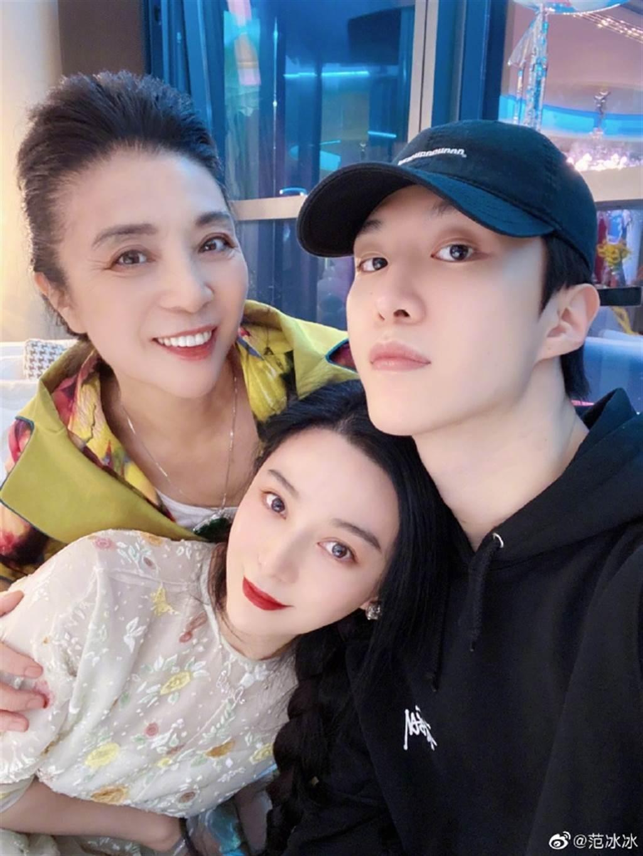 范冰冰難得PO出與媽媽、弟弟范丞丞合照,分享40歲生日好心情。(取自范冰冰微博)