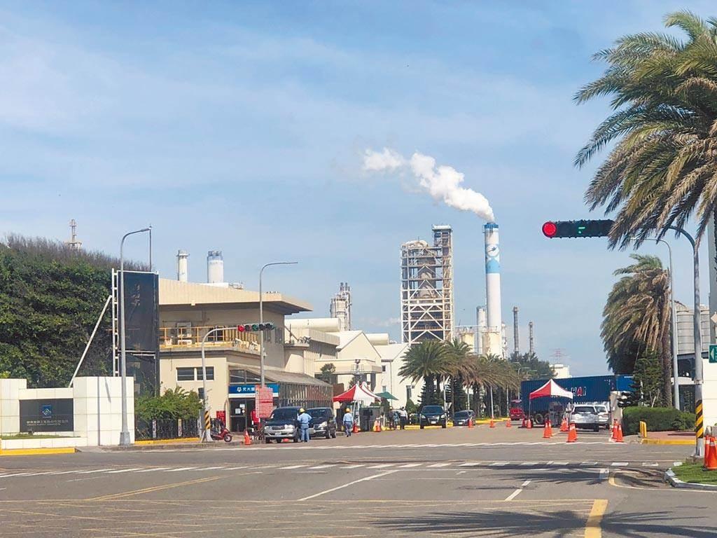 經濟部今日召開「產業及能源效率工作圈委員會」,邀請台塑石化、正隆等產業界大咖,與學研界一起討論產業低碳轉型路徑,圖為台塑六輕廠