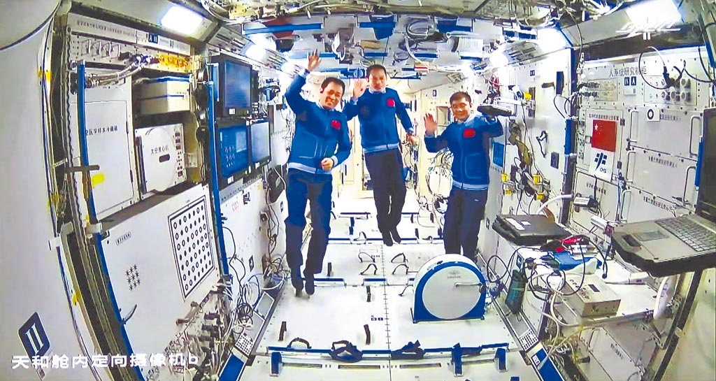 神舟12號載人飛船16日撤離太空站組合體,3名太空人將結束90天的太空生活,刷新大陸太空人駐留太空的紀錄。(中新社)
