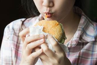 崩潰慎入!嫩妹誤吃超Q彈「人肉漢堡」細看竟是腐爛手指