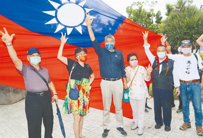 圖為張亞中(左三)與支持者合照。(資料照,陳怡誠攝)