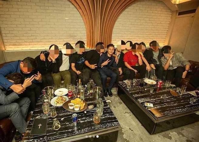 該餐酒館地下室為酒吧,裡頭有間VIP室,據傳「兄弟」們挑剔老闆方璿態度不佳,雙方因而起口角衝突。(圖/翻攝自方璿IG,非當事人)。