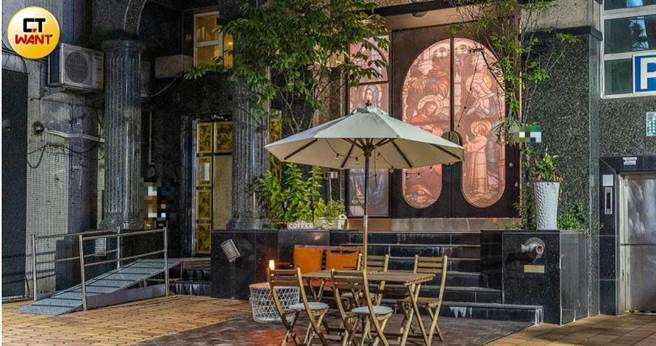 方璿所開設的餐酒館,設計風格獨特,大門就是教堂彩繪玻璃,但因為疫情關係經營半年就關門,解封後又鬧糾紛。(圖/焦正德攝)。