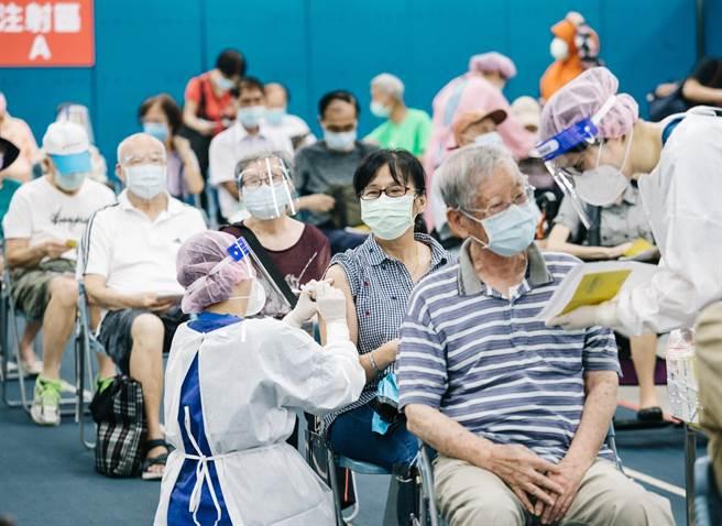75歲以上長者今開放打第二劑莫德納。圖為民眾接種疫苗的畫面。(郭吉銓攝)
