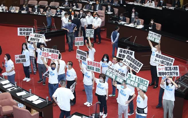行政院長蘇貞昌17日前往立法院專案報告國籍航空機組員隔離「3+11」決策過程,國民黨舉牌抗議。(姚志平攝)