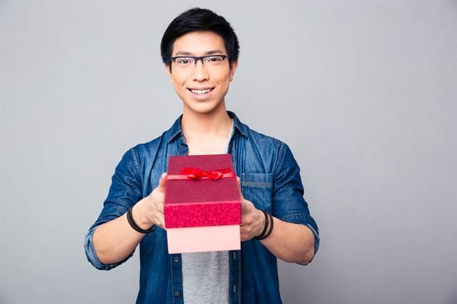 送禮時一定不能送錢包、枕頭、財神、魚缸,否則將會損害財運。(示意圖/shutterstock)