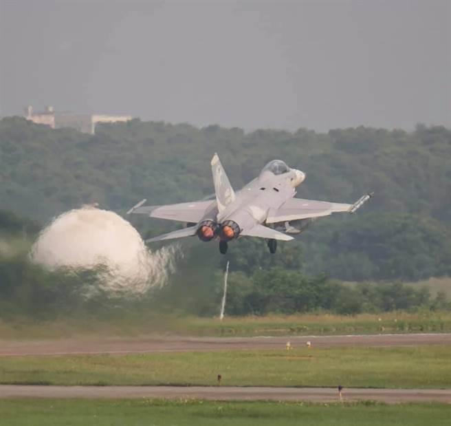 台灣進行年度漢光演習,美中兩國偵察機密集飛臨台海空域進行情蒐,顯不尋常,圖為IDF起飛執行連續反擊作戰任務。(軍聞社提供)